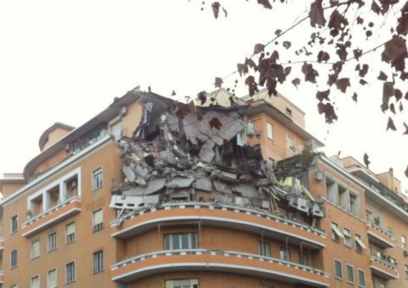 Romanotizie it crollano 3 piani di un palazzo sul for Piani di casa di palazzo